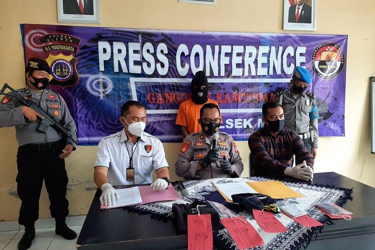 Kapolsek Mlati, Kompol Hariyanto didampingi Kanit Reskrim Polsek Mlati Iptu Noor Dwi Cahyanto saat menjelaskan terkait ungkap kasus tindak pidana penipuan dan pengelapan yang dilakukan oleh PR. Modusnya pelaku PR mengaku sebagai anggota Polisi.