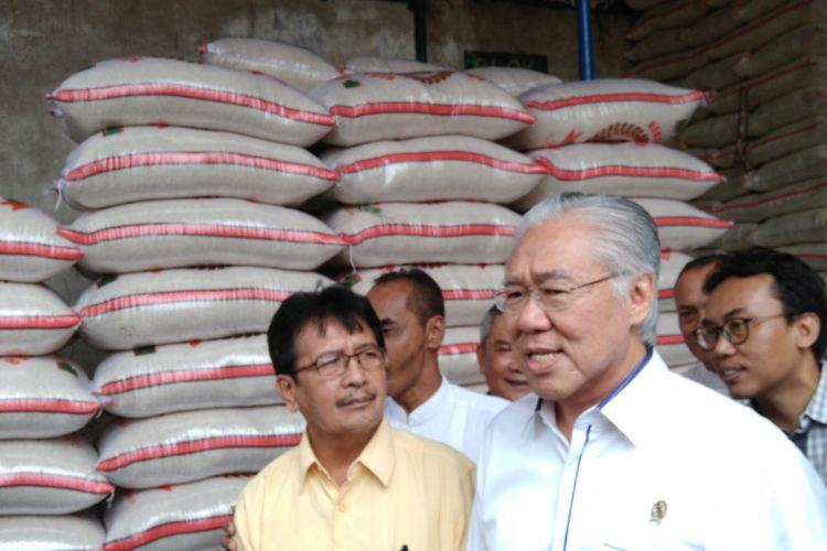 Menteri Perdagangan (Mendag) Enggartiasto Lukita saat berkunjung ke Pasar Induk Beras Cipinang, Jakarta, Jumat (28/7/2017).