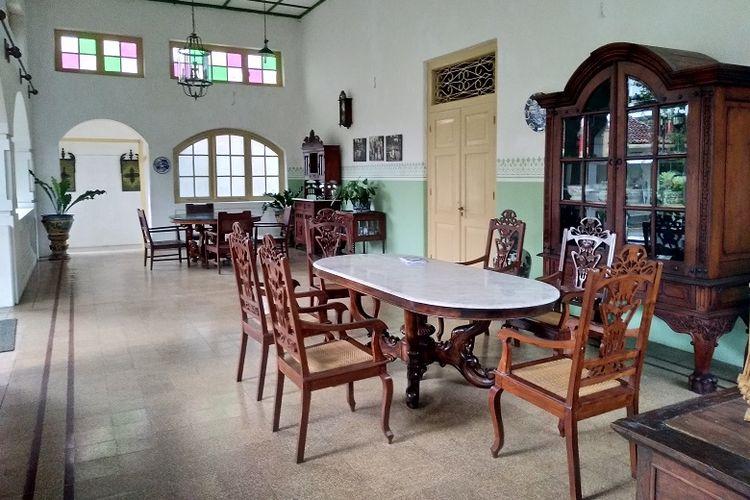 Bagian teras Roemah Martha Tilaar di Gombong, Kebumen, Jawa Tengah. Roemah Martha Tilaar merupakan bangunan lama bergaya arsitektur neoklasik Eropa yang telah dipugar. Bangunan dengan tegel-tegel bermotif serta berkaca patri ini kini bertransformasi menjadi bangunan baru yang siap dikunjungi oleh wisatawan.