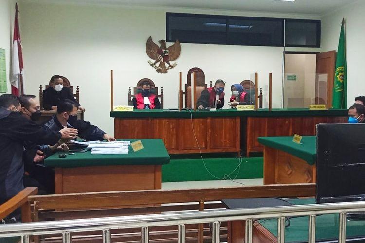 Jaksa menuntut mantan Kepala Dinas Perhubungan, Komunikasi dan Informasi Provinsi Banten Revri Aroes dituntut 3,5 tahun penjara.