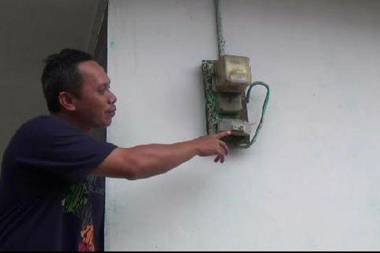 Risdianto warga Temberan Pangkalpinang Kepulauan Bangka Belitung merasa khawatir masuk daftar pelanggan yang subsidi listriknya ditarik.