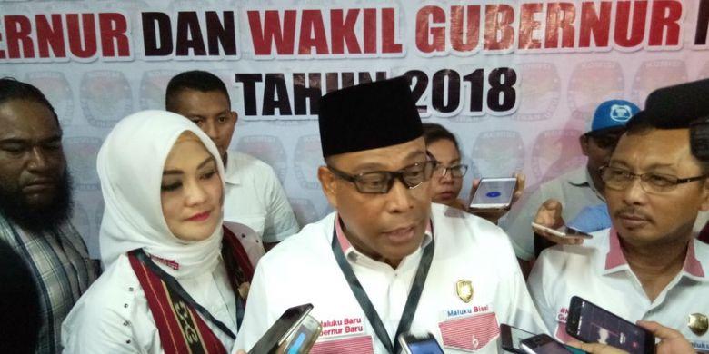 Bakal calon gubernur Maluku, Irjen Pol Murad Ismail didampingi pasangannya Barnabas Orno saat memberikan keternagan kepada waratwan usai mendaftar ke KPU Maluku, Rabu (10/1/2018)