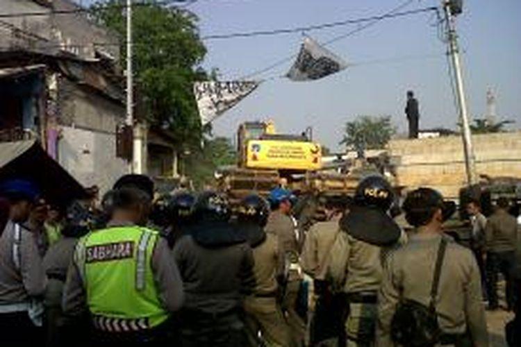 Alat berat dikerahkan ke Kampung Pulo, Jatinegara, Jakarta Timur, dalam penertiban lanjutan terkait proyek normalisasi Ciliwung. Jumat (21/8/2015).