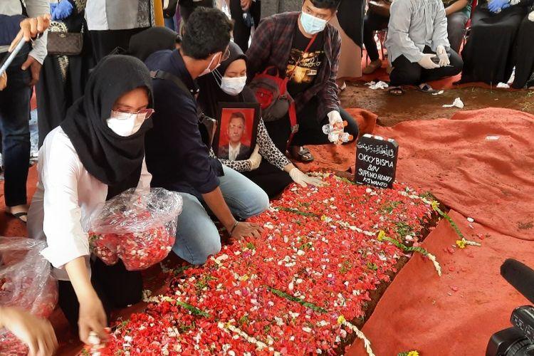 Korban jatuhnya pesawat Sriwijaya Air SJ 182 yang pertama kali teridentifikasi,Okky Bisma, selesai dimakamkan di Tempat Pemakaman Umum (TPU) Balekambang, Condet, Jakarta Timur, Kamis (14/1/2021).
