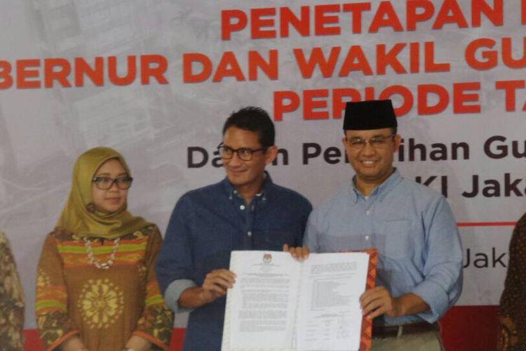 Gubernur dan Wakil Gubernur DKI Jakarta terpilih 2017-2022 berpose memegang surat keputusan penetapan dari KPU DKI Jakarta dalam rapat pleno terbuka penetapan gubernur dan wakil gubernur DKI Jakarta terpilih di kantor KPU DKI Jakarta, Jumat (5/5/2017).