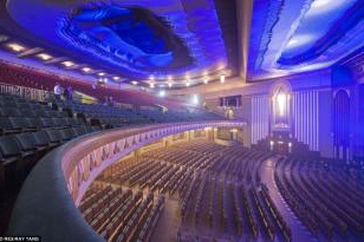 Kabarnya, bangunan teater ini sempat terancam ketika seorang Sheikh asal Dubai rela bertaruh sebanyak 75 juta poundsterling dalam pelelangan memperebutkannya. Sheikh tersebut ingin mengubah teater menjadi gudang furnitur.