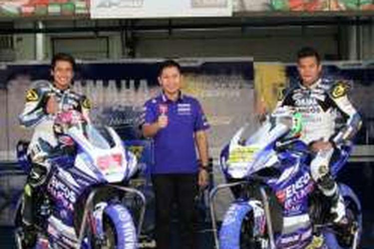 Dua pebalap Yamaha Racing Indonesia, Galang Hendra Pratama (kiri) dan Reynaldo Ratukore, berpose bersama manajer tim, Wahyu Rusmayadi.