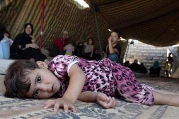 Seorang bocah Suriah berbaring di kamp pengungsian Bashabsha dekat Ramtha, Jordania, Selasa (17/7/2012). Puluhan ribu warga Suriah mengungsi ke negara-negara tetangga, antara lain Turki, Jordania, dan Suriah akibat konflik bersenjata di negara itu. Jordania sendiri menampung lebih dari 140.000 pengungsi Suriah.