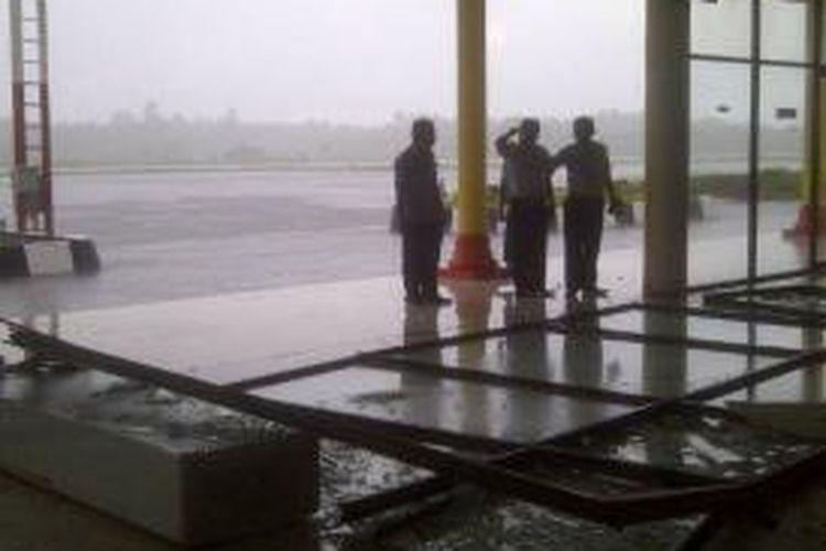 Akibat cuaca buruk, sebidang dinding kaca pembatas di Bandara Binaka Gunungsitoli pecah, Puluhan penumpang dan pengunjung Bandara Binaka Gunungsitoli, sempat dikejutkan kaca pintu di ruang tunggu penumpang jatuh dan pecah berserakan, Selasa (22/07/2014) sekitar pukul 15.30 tadi.