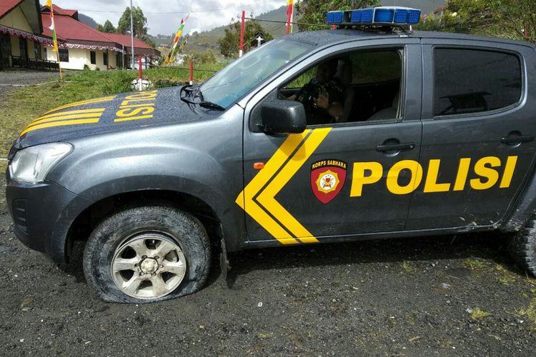 Mobil patroli Polres Puncak Jaya yang mengalami pecah ban saat ditembak KKB