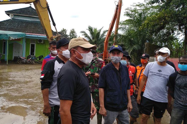 Gubernur Sumatera Utara, Edy Rahmayadi kembali mengunjungi lokasi banjir di perumahan De Flamboyan, di Kelurahan Tanjung Selamat, Kecamatan Medan Tuntungan pada Sabtu (5/12/2020) siang. Sembari menunggu surutnya air, akan dilakukan normalisasi Sungai Belawan yang selama ini dangkal. Edy juga menyebut, daerah aliran sungai (DAS) harus dikembalikan kepada fungsinya.