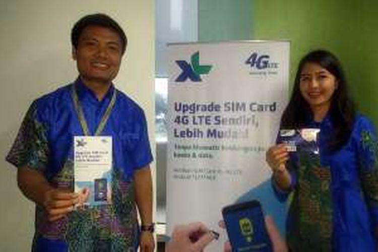 Karyawan XL Axiata memperagakan cara baru upgrade kartu SIM 4G yang bisa dilakukan pelanggan XL sendiri.