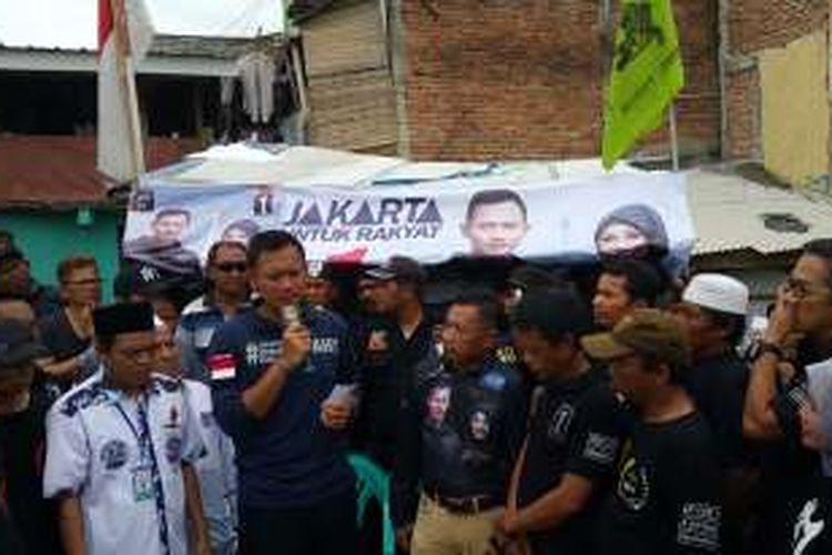 Calon gubernur DKI Jakarta Agus Harimurti Yudhoyono mengunjungi permukiman warga di Kampung Pulo, Jatinegara, Jakarta Timur, Selasa (27/12/2016).