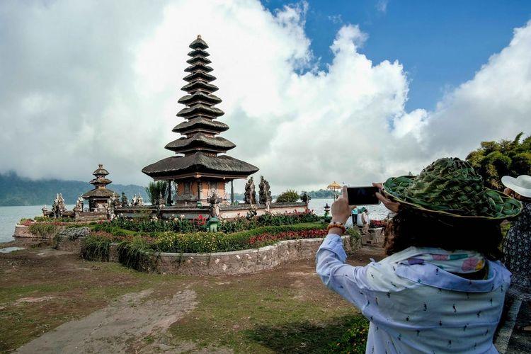 Ilustrasi wisatawan di Pura Ulun Danu, Bali.