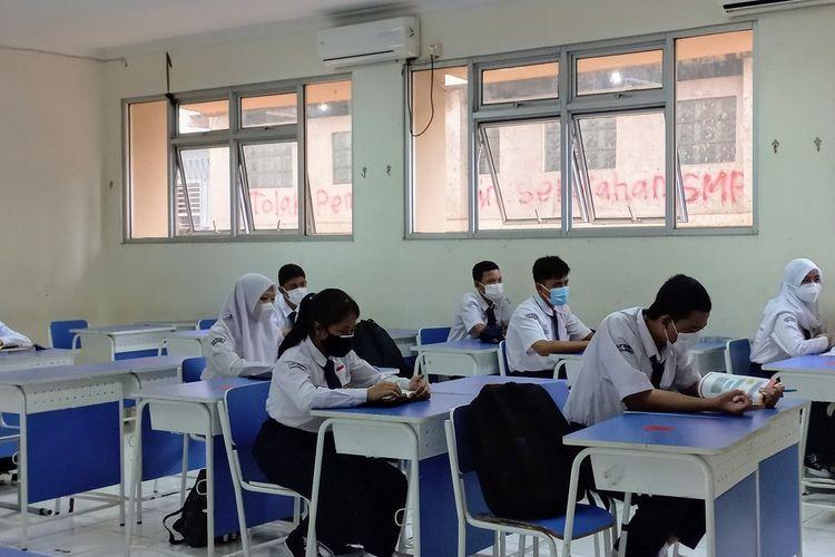 Sejumlah siswa SMP Negeri 8 Tangerang Selatan mengikuti pembelajaran tatap muka (PTM) terbatas di dalam kelas, Selasa (7/9/2021).