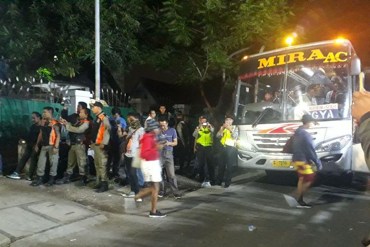 Mahasiswa Papua dievakuasi dari asrama mahasiswa di Jalan Kalasan Surabaya Minggu (2/12/2018)