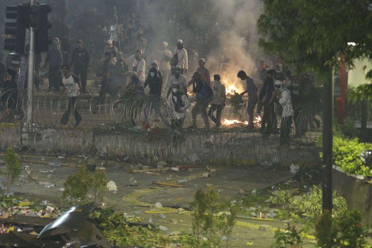 Demonstran melempari polisi dengan batu saat terjadi kericuhan di dekat gedung Bawaslu, Jalan MH Thamrin, Rabu (22/5/2019).