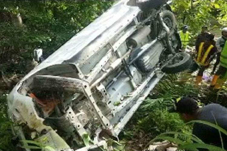 Sebuah minibus terjungkal dan tertahan di bibir jurang, sopir dan 6 penumpangnya dievakuasi ke rumah sakit