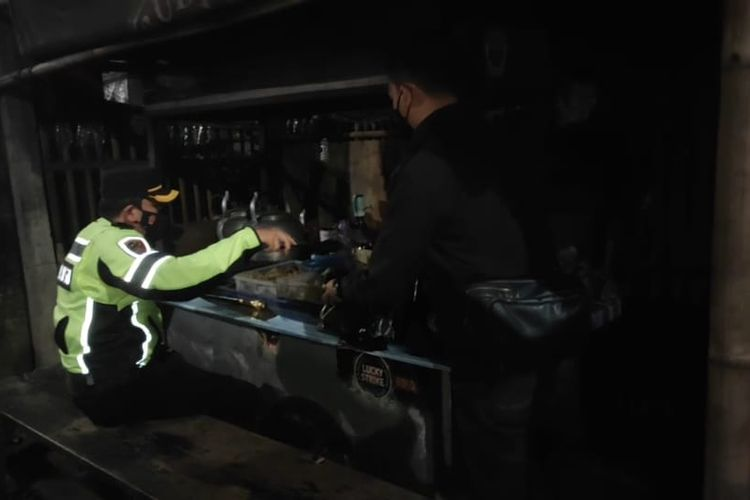 Kapolres Salatiga AKBP Rahmad Hidayat memborong makanan di warung angkringan yang kena razia PPKM.