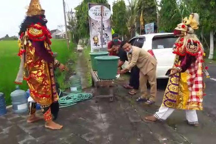 Hanoman dan Rahwana meminta warga cuci tangan di Desa Adat Yeh Gangga