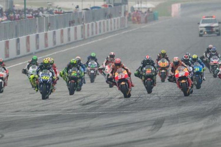Para pebalap MotoGP melakukan start pada balapan GP Malaysia di Sirkuit Sepang, Minggu (25/10/2015).