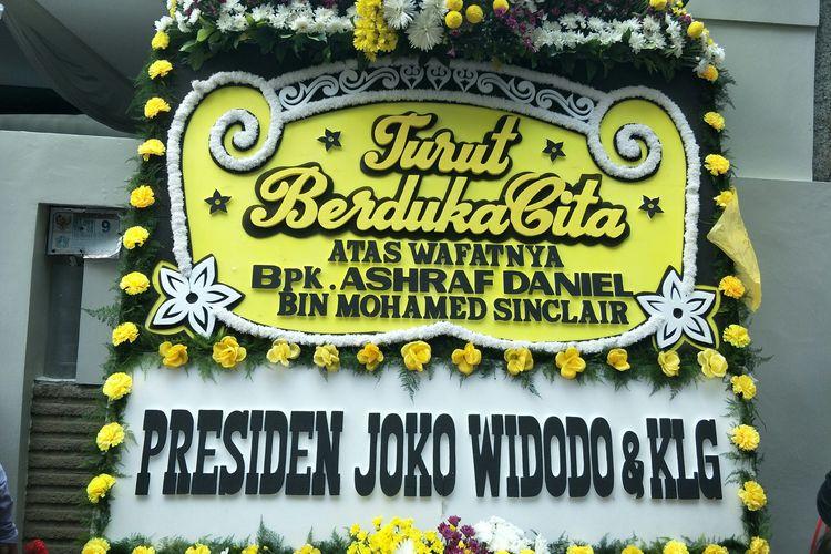 Karangan bunga dari Presiden Joko Widodo di depan rumah Ashraf Sinclair dan BCL di kawasan Pejaten Barat, Jakarta Selatan, Selasa (18/2/2020)