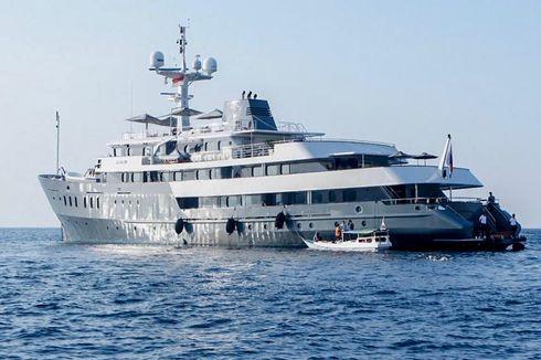 Unik, Bekas Kapal Perang Inggris Jadi Kapal Pesiar di Pulau Komodo