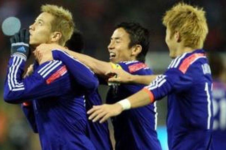 Keisuke Honda merayakan gol ke gawang Belgia dalam pertandingan uji coba yang berlangsung di Stade Roi Baudouin, Brussels, Rabu (20/11/2013) dini hari WIB. Dalam pertandingan tersebut, Jepang menang 3-2