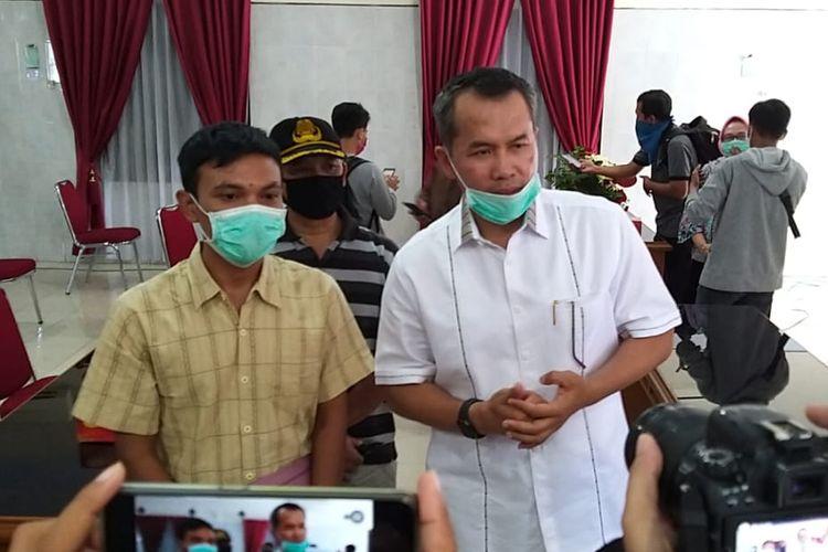 Bupati Wonogiri, Joko Sutopo bersama seorang pasien Covid-19 yang sudah sembuh.