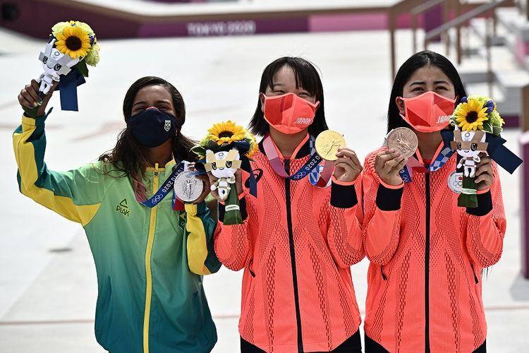 Kiri ke kanan: Rayssa Leal dari Brasil (perak), Momiji Nishiya dari Jepang (emas), dan Funa Nakayama dari Jepang (perunggu) berpose saat upacara medali di podium final street skateboarding Olimpiade Tokyo 2020 di Ariake Sports Park di Tokyo pada 26 Juli 2021.