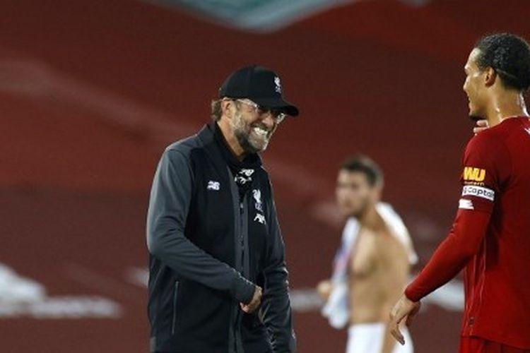 Pelatih Liverpool, Juergen Klopp, tertawa menyambut Virgil van Dijk.