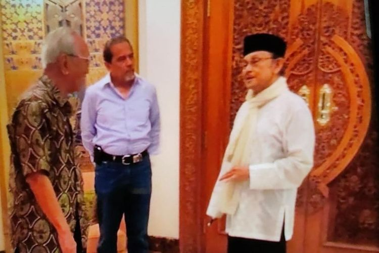 Foto diskusi Presiden Ketiga RI Bacharuddin Jusuf Habibie bersama eks Wakil KSAD Letnan Jenderal TNI (Purn) Sayidiman Suryohadiprodjo dan eks KSAU Marsekal TNI (Purn) Chappy Hakim.