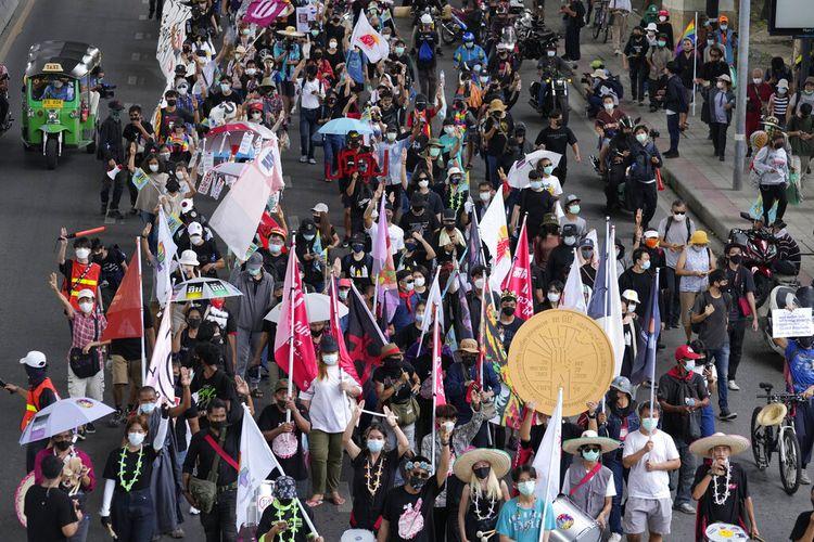 Pendukung pro-demokrasi mengenakan masker melakukan reli di Bangkok, Thailand, Kamis (24/6/2021). Protes anti-pemerintah diperkirakan akan berlanjut di Bangkok setelah istirahat panjang karena lonjakan kasus Covid-19. Pertemuan direncanakan di beberapa lokasi di seluruh ibu kota, meskipun pejabat kesehatan mempertimbangkan lockdown selama sepekan di Bangkok untuk mengendalikan lonjakan virus yang merajalela.