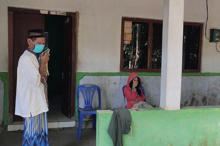 Heri (63), warga Dlaban, Kalurahan Sentolo, Kapanewon Sentolo, Kabupaten Kulon Progo, DI Yogyakarta. Heri menceritakan, warga sekitar membantu sebisanya seorang ibu dan anak yang kesulitan sejak ditinggal mati salah satu anggota keluarganya.