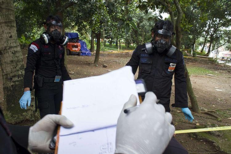 Tim satuan Teknisi Kimia, Biologi, Radioaktif (KBR) pasukan Gegana Brimob Polri melakukan pengecekan lokasi yang terkontaminasi paparan radioaktif di Perumahan Batan Indah, Serpong, Tangerang Selatan, Sabtu (15/1/2020). Badan Pengawas Tenaga Nuklir meminta warga menjauhi area tanah kosong di Perumahan Batan Indah, samping lapangan voli blok J, seusai menemukan kenaikan nilai paparan radiasi nuklir di area tersebut.