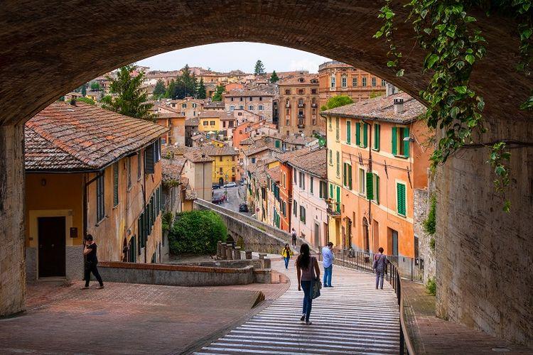 Ilustrasi Italia - Pemandangan Via dell Acquedotto di Jalan Via Appia di Perugia, Umbria, Italia.