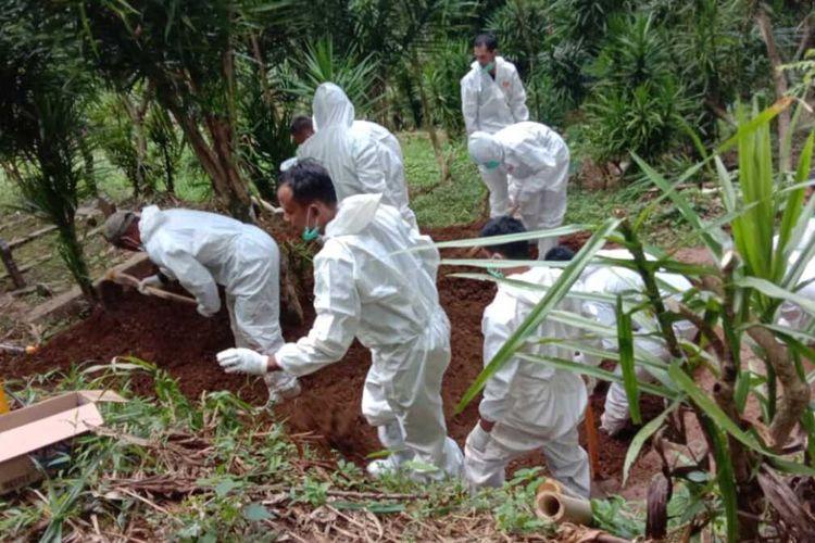 Petugas Badan Penanggulangan Bencana Daerah (BPBD) melakukan pemakaman pasien meninggal virus corona dengan protokol kesehatan, Minggu (16/5/2021).