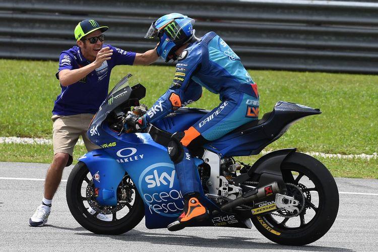 Valentino Rossi merayakan kemenangan adik tirinya, Luca Marini, pada balapan Moto2 di Sirkuit Sepang, Malaysia, 4 November 2018.