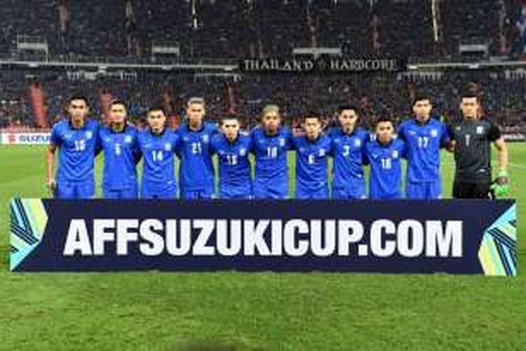 Para pemain tim nasional Thailand berpose sebelum melakoni partai semifinal kedua Piala AFF 2016 melawan Myanmar, di Stadion Rajamangala, Bangkok, 9 Desember 2016.