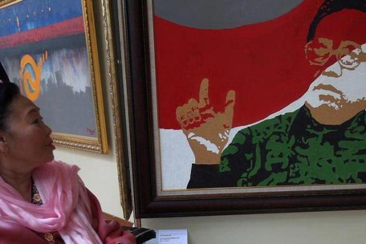 Ilustrasi: Istri almarhum mantan Presiden KH Abdurrahman Wahid (Gus Dur), Sinta Nuriyah, melihat lukisan Gus Dur karya pelukis Jupri Abullah saat berlangsungnya peringatan setahun wafatnya Gus Dur di Kompleks Pesantren Ciganjur, Jalan Warung Sila, Jakarta, Rabu (29/12/2010). Acara haul akbar setahun wafanya KH Abdurrahman Wahid akan diperingati di kediaman Gus Dur pada 29 hingga 30 Desember 2010.