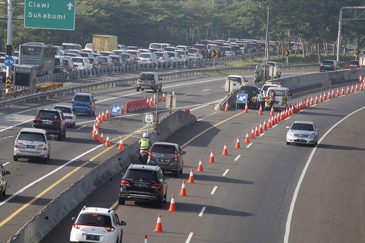 Kendaraan roda empat menggunakan jalur contraflow menuju arah Sukabumi di pintu keluar Tol Jagorawi KM 44, Bogor, Jawa Barat, Sabtu (1/8/2020). Tingginya volume kendaraan menuju Puncak Bogor menyebabkan jalur menuju arah Sukabumi tersendat sehingga Sat Lantas Polres Bogor memberlakukan rekayasa lalu lintas sistem lawan arus (contraflow) untuk mengurai kemacetan. ANTARA FOTO/Yulius Satria Wijaya/hp.