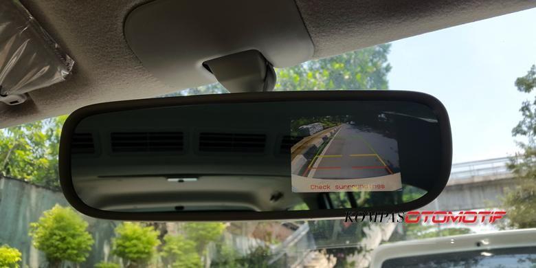 Layar kamera parkir New APV Luxury 2 terintegrasi dengan spion kabin.