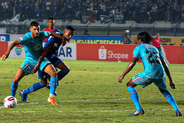 Penyerang Persib Bandung, Wander Luiz, berduel dengan pemain belakang Persela Lamongan, saat kedua tim bentrok pada pekan ke-1 Liga 1 2020, di Stadion Si Jalak Harupat, Minggu (1/3/2020).