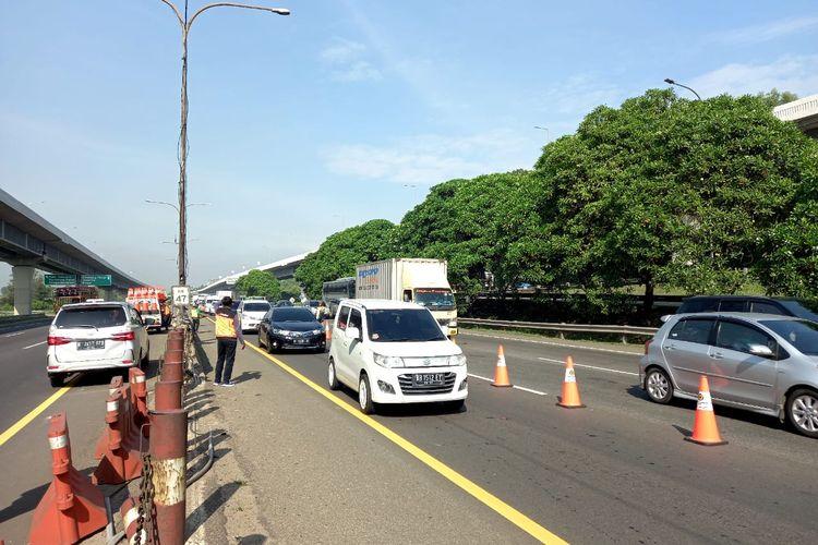 Penerapan rekayasa lalu lintas contra flow di KM 47 Tol Jakarta-Cikampek mengarah Cikampek, Kamis (24/12/2020)