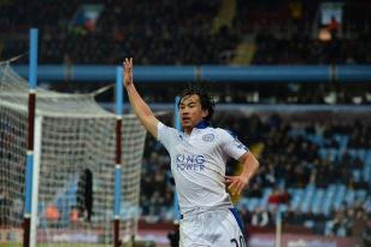 Shinji Okazaki merayakan gol Leicester City saat bermain imbang 1-1 di kandang Aston Villa, Sabtu (16/1/2016).