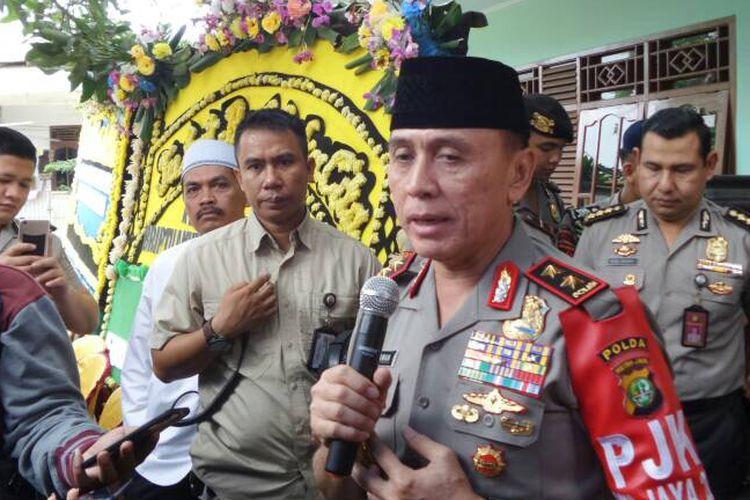 Kapolda Metro Jaya Inspektur Jenderal Polisi M Iriawan menjenguk keluarga almarhum Briptu Anumerta Ridho Setiawan di Tangerang, Jumat (2/6/2017) pagi. Ridho merupakan salah satu polisi korban tewas bom Kampung Melayu, Jakarta Timur, beberapa waktu lalu.