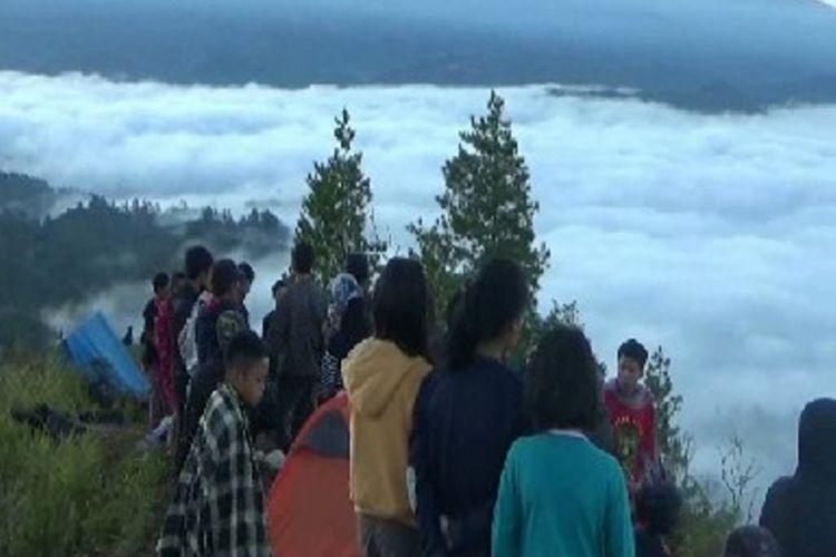Setelah viral di medos sejak lebih dari sebulan terakhir, obyek wisata Buntu Liarra yang populer dengan sebutan Negeri di atas awan kini terus disesaki wisatawan terutama pada hari Sabtu dan Minggu.