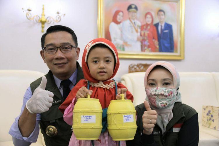 Gubernur Jabar Ridwan Kamil menyambut Hafidh dan Azrilia di Gedung Pakuan, Kota Bandung, Jumat (17/4/20). Hafidh dan Azrilia merupakan dua bocah yang menyumbangkan tabungannya untuk bantu penanggulangan Covid-19.