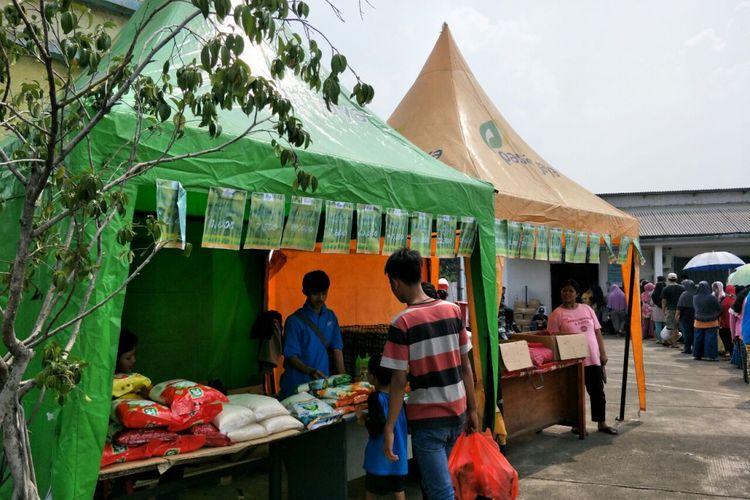 Pasar murah dari PD Pasar Jaya di Pasar Cibubur, Jakarta Timur, Sabtu (19/5/2018).