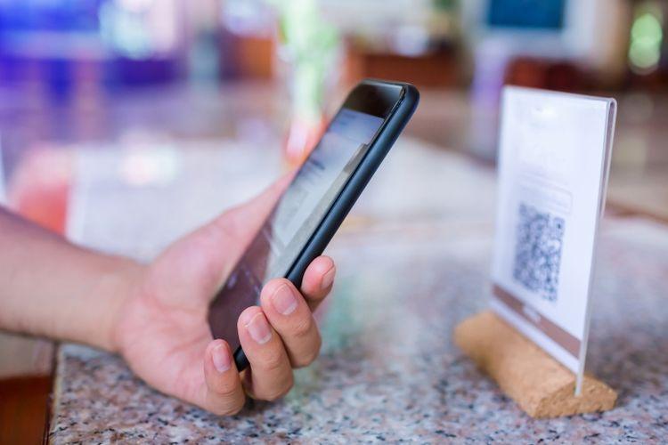 Ilustrasi transaksi menggunakan QR Code (Dok. Shutterstock)
